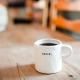 Koffiemok met het woordje begin erop