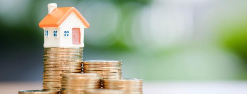 Een huis op een stapel munten