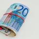 Bankbiljetten opgerold met een rood stiekje eromheen.