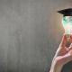 Een lamp met een studie hoedje op