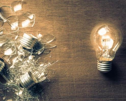 kapot geslagen lampen en 1 lamp die heel is en brand